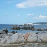 Au loin on aperçoit les falaises de Bonifacio