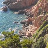 La roche rouge dans l'eau turquoise à Girolata
