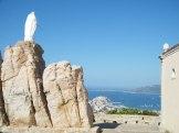 Sur son rocher, la vierge veille sur la cité Calvaise