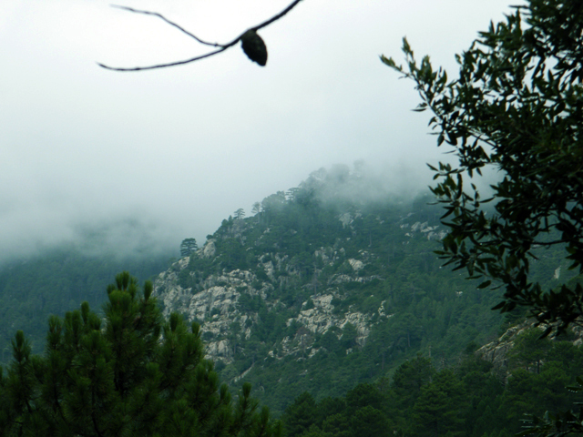 La montagne disparaît sous les nuages bas.