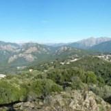 Vue sur la vallée du Prunelli avec le village de Cauro au centre.