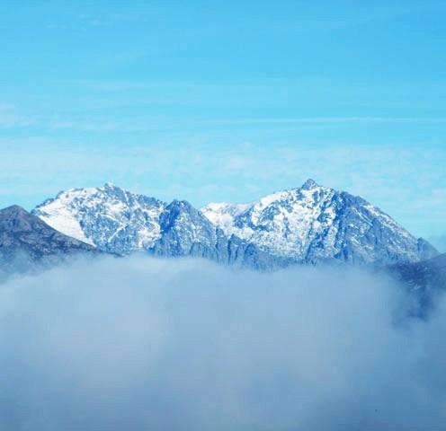 Au loin les monts sont enneigés