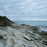 Les rochers qui bordent la plage