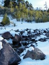 Une petite rivière coule au milieu du plateau