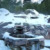 Une petite fontaine derrière les chalets