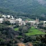 On aperçoit au loin les autres hameaux : Chjosu