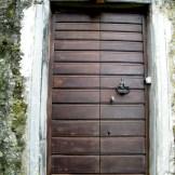 La porte d'une tour carrée au hameau de Barrigioni