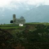 Au loin on aperçoit l'église Saint-Michel