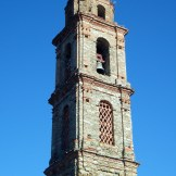 Le clocher tout en vieilles pierres