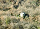 Au loin, on voit une petite chapelle près de Soriu...