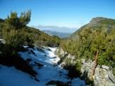 On redescend dans la neige jusqu'au village sous un soleil de plomb
