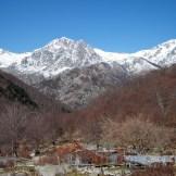 Partout autour les monts sont enneigés. C'est splendide
