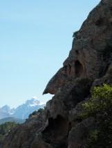 Ce rocher ressemble à une tête de monstre de profil