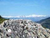 Au loin les montagnes sont enneigées