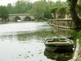 La rivière passe autour du village