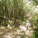 Un mur de pierre à l'approche de la tour