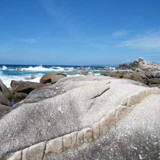 Ce rocher est bizarre, au fond il y a les îles Sanguinaires