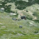 Le rocher dans la vallée serait le marteau lancé de rage par le Diable et qui a causé le trou du Tafunatu