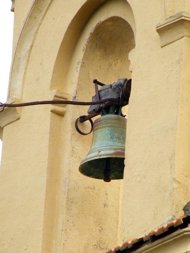 En redescendant, la cloche sur la chapelle familiale