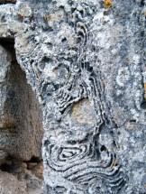 La pierre est comme sculptée à certains endroits