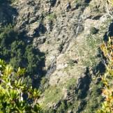 Une cascade au milieu des falaises