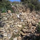 Sur le chemin, certains murs s'écroulent