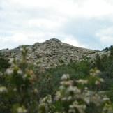 Au loin des sommets creusés