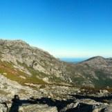 À gauche, le rocher de Pruberzulu