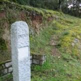 Stèle de granite indiquant le départ du sentier