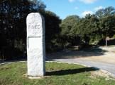 Stèle indiquant le départ du sentier