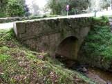 Un pont en dessous du barrage