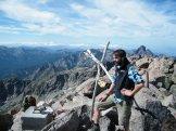 Un randonneur au sommet qui sacrifie au rituel de la photo