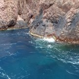L'eau est d'un bleu profond à Scandola