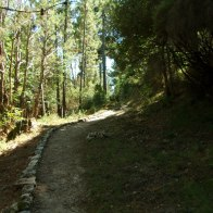 Le chemin est bordé de pierres