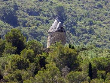 Un moulin au loin