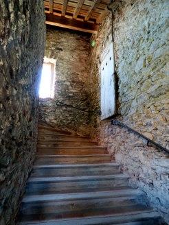 Dans les escaliers des bâtiments