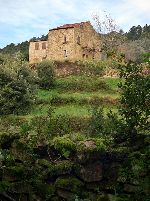 Une jolie maison visible sur le sentier