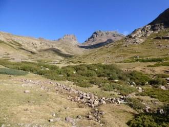 Les deux sommets au fond de la vallée