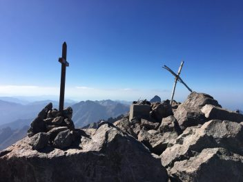 Les deux croix au sommet