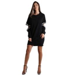 Μαύρο φόρεμα με γράμματα στα μανίκια