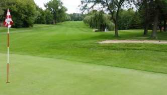 Should You Pull the Golf Flagstick For Chip Shots?