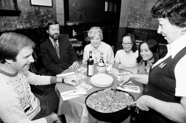 A group eating deep-dish pizza at Pizzeria Uno, Chicago