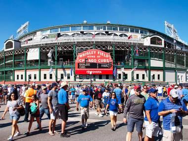 مشاهدة مباراة في ملعب بيسبول مع لوحة نتائج يتم تشغيلها يدوياً