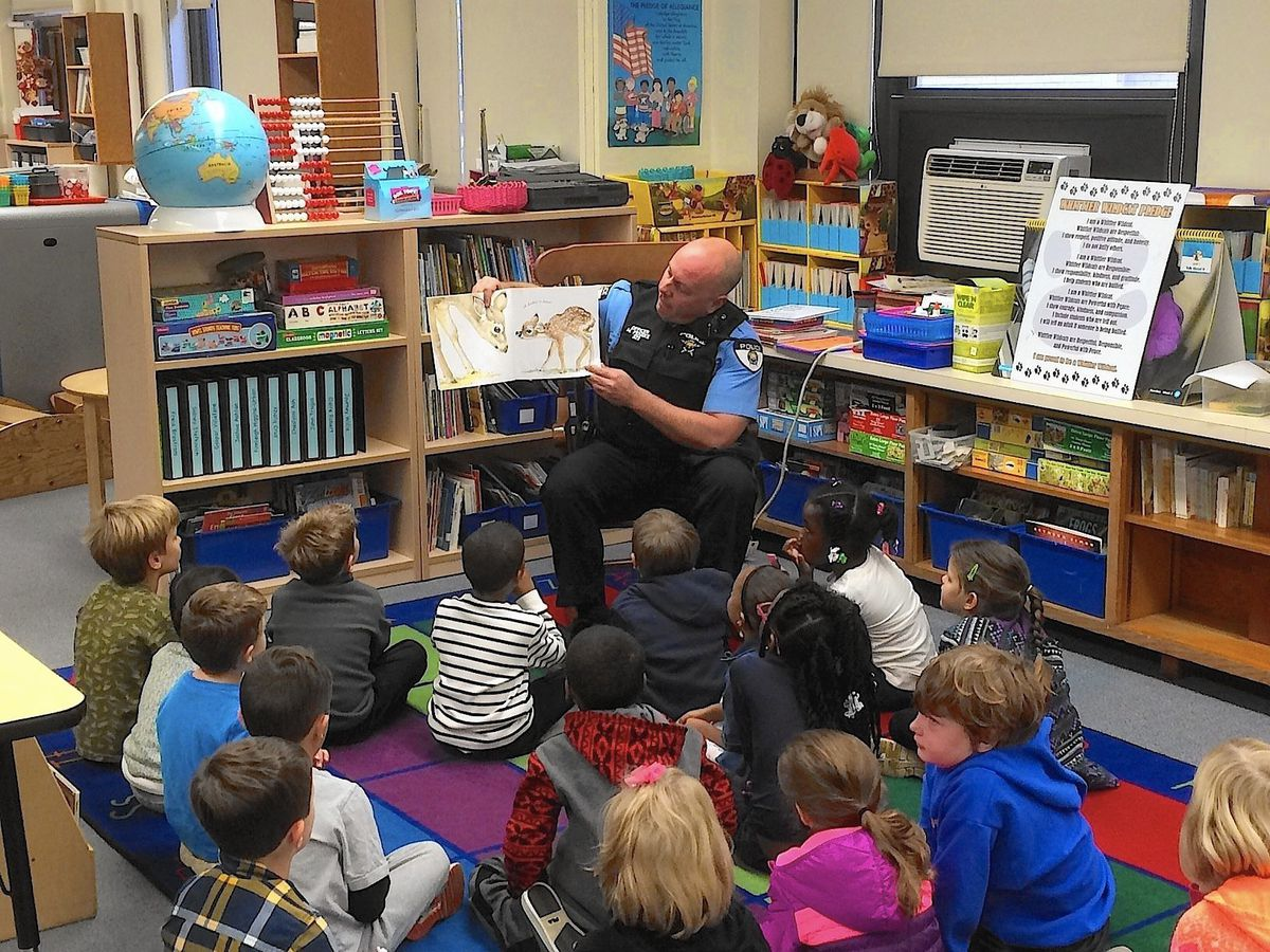 Police Officers Students Share Passion For Reading