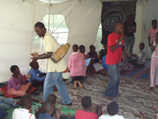 Checkmate (on the left) entertaining children during the Storymoja Hay Festival event