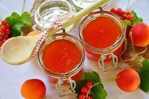Peach jams and peaches