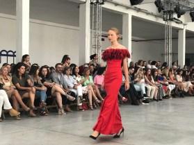 Vestido largo rojo con cuello de plumas