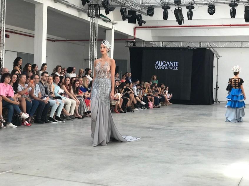 Precioso vestido gris brillos y transparencias