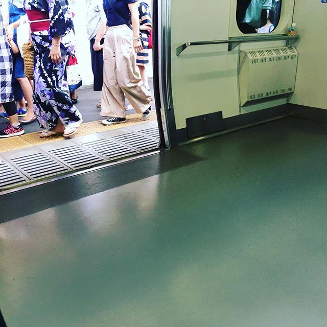 満員の下り東海道線、平塚でガラガラに。