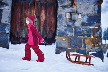 Color kids: Pisten-Fit Fleecejacke (29,95 €), Schneehose (69,95 €) Bommelmütze (16,95 €), Handschuhe (14,95 €) Schneeschuhe (39,95 €) www.colorkids.com